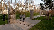 Ein etwa 150 Meter langer Weg aus gräulichem Ziegel wird gesäumt von sieben Stelen. Auf ihnen ...