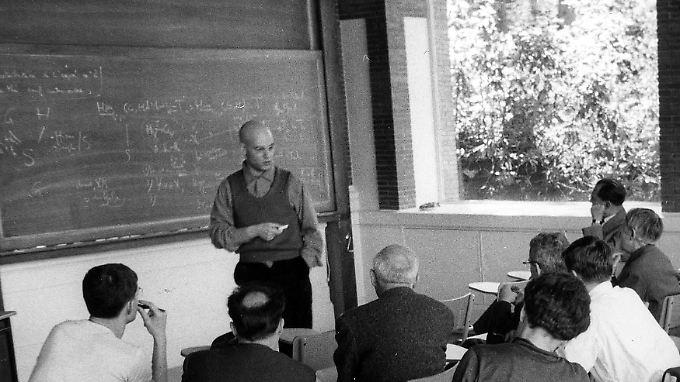 Eines der seltenen Fotos: Grothendieck in den 60er Jahren als Dozent in Bures-sur-Yvette.
