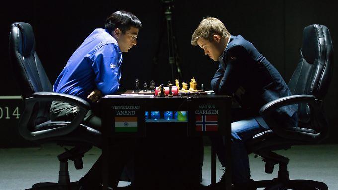 """Anand und Carlsen bei ihrer Bühnenaufführung von Lenins bekanntem Werk """"Was tun?""""."""