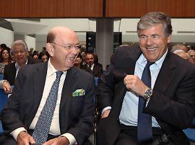 Drinnen scheint die Stimmung deutlich besser gewesen zu sein: Josef Ackermann (r) neben US-Investor Wilbur Ross.