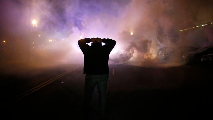 Nebelschwaden ziehen durch die Straßen: Ferguson erlebt eine unruhige Nacht.