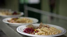 Lebensmittelüberwachung 2013: Lauwarmes Schulessen ist anfällig für Keime