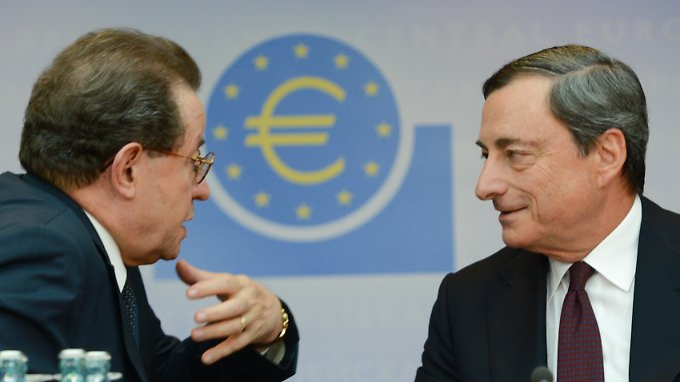 Mario Draghi (r), Präsident der Europäischen Zentralbank (EZB), und sein Stellvertreter Vitor Constancio im Anschluss an eine Pressekonferenz im Juli. Diesmal sind sie getrennt unterwegs.