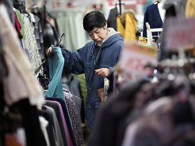 Die Japaner geben deutlich weniger Geld aus.