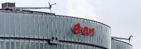 """Fensterputzer an der Fassade der Eon-Verwaltung in Essen: Mitarbeiter und Investoren """"erhalten so eine klare Perspektive""""."""