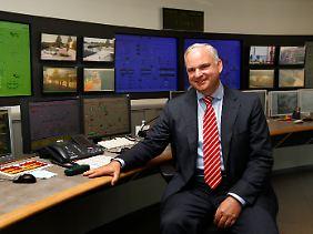 Das ist der Mann, der Eon in eine neue Richtung drückt: Johannes Teyssen, hier im Schaltraum eines Gaskraftwerks bei Ingolstadt.
