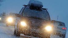 Wer im Winter Sprit sparen will, sollte sich frühzeitig um Reifen und Motor kümmern.