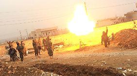 Kurdische Streitkräfte feuern einen Mörser ab.