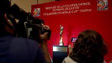 Bei einer Pressekonferenz wird der WM-Pokal in Ottawa präsentiert.