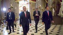 So sieht jemand aus, der gerade 1100 Milliarden Dollar durchgewunken hat: John Boehner (M.) ist Republikaner und Mehrheitsführer im US-Repräsentantenhaus.