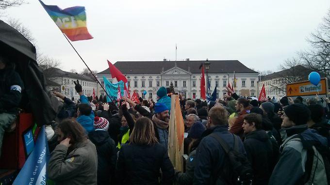 """Die des Bündnisses """"Friedenswinter"""" vor dem Schloss Bellevue, dem Dienstsitz des Bundespräsidenten."""