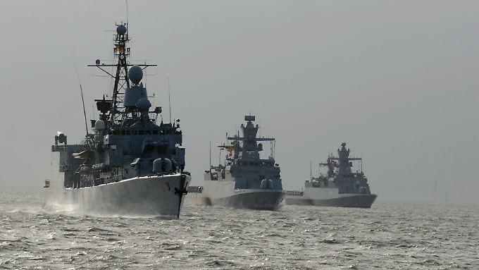 """Bei den abgebildeten Schiffen handelt es sich um die Fregatte """"Emden"""" (l.) und die Korvetten """"Oldenburg"""" und """"Braunschweig""""."""