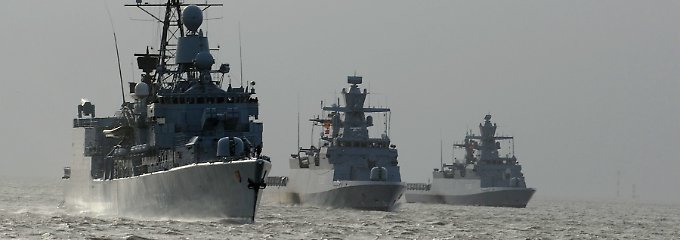 Größer als ein Schnellboot, kleiner als eine Fregatte (l.): Korvetten (Bildmitte und rechts) sind vor allem für die Küstenverteidigung geeignet.
