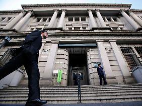 Vor dem Gebäude der Bank of Japan in Tokio.