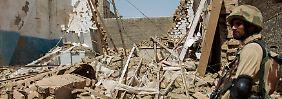 Im pakistanischen Peshawar stürmen bewaffnete Taliban-Kämpfer eine Schule - sie nehmen Hunderte Geiseln. Es fallen Schüsse, Explosionen erschüttern das Gebäude.