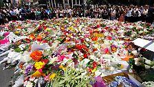 Vor dem Café ergießt sich mittlerweile ein ganzes Blumenmeer mit Beileidsbekundungen und tröstenden Worten.