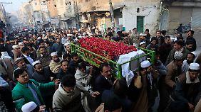 Trauer nach Massaker in Peshawar: Pakistan trägt ermordete Schüler zu Grabe