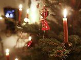 Echte Kerzen am Weihnachtsbaum sehen stimmungsvoll aus - sie können aber schnell einen Brand auslösen. Im Schadensfall hilft in der Regel eine Versicherung.