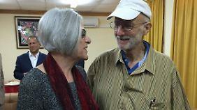 Allan Gross wurde inzwischen von seiner Frau Judy begrüßt.