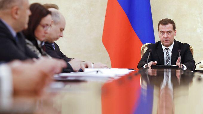 Ministerpräsident Medwedew (r.) hat der staatlichen Entwicklungsbank VEB knapp 400 Millionen Euro zuschießen lassen.