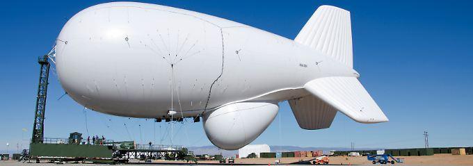 """80 Meter lang und mit Helium angefüllt: Die neuartigen Radarträger (hier ein Prototyp auf der """"White Sands Missile Range"""" im Bundesstaat New Mexico) verbergen die Raytheon-Technik in der Beule unter dem Bauch."""