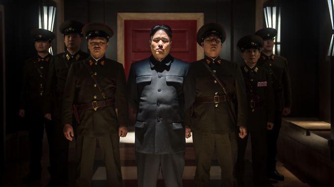 Gefährlicher Diktator oder Witzfigur? Kim Jong Un (Randall Park, M.) und Leibgarde.