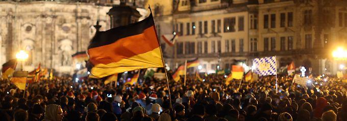 """""""Gemeinsames Weihnachtslieder-Singen"""" gegen die angebliche Überfremdung durch Flüchtlinge: Pegida-Anhänger vor der Semperoper in Dresden."""