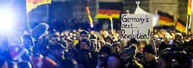 """""""Das ganze Geld für die Asylanten"""": Pegida mischt Parolen und Weihnachtslieder"""
