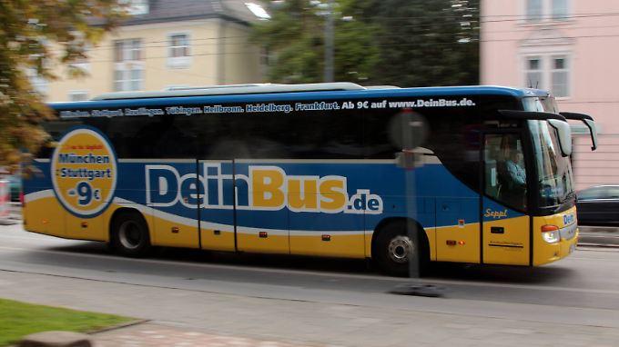 Ein Fernbus des Unternehmens unterwegs in München.