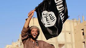 Jubel bei Islamisten in Rakka, nachdem das Kalifat ausgerufen wurde.