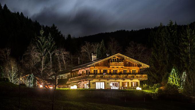 Der Garten des Hauses von Uli Hoeneß in Bad Wiessee (Bayern) ist mit weihnachtlichen Lichtern geschmückt.