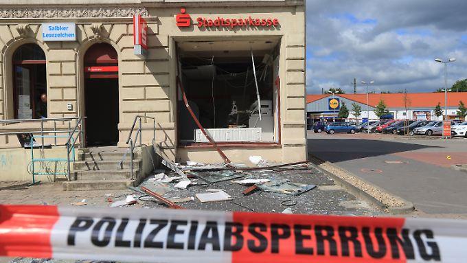 Bei dieser Geldautomaten-Sprengung in Magdeburg flogen Trümmer bis auf die gegenüberliegende Straßenseite.