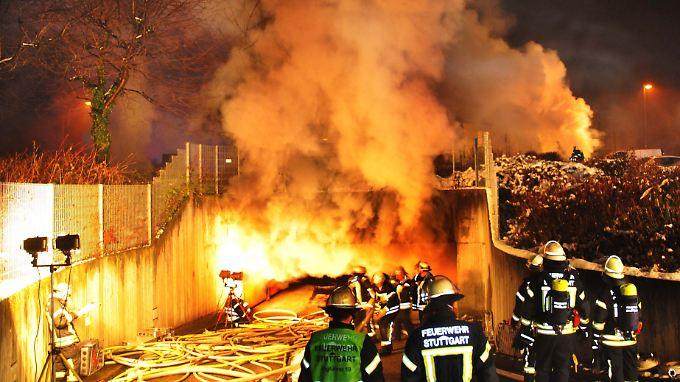 160 Einsatzkräfte sind bei einem Brand in einer Stuttgarter Tiefgarage vor Ort.
