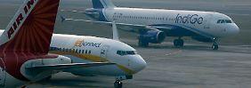 Ein Airbus A320 von IndiGo und eine Boeing 737 von JetConnect: Der US-Konzern hat im vergangenen Jahr mehr Maschinen ausgeliefert - die Europäer jedoch haben mehr Bestellungen erhalten.
