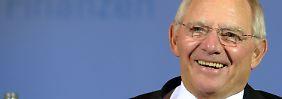 Bundesfinanzminister Wolfgang Schäuble freut sich. Er schuldet in großem Stil von kurzlaufenden Anleihen in Langjährige um.