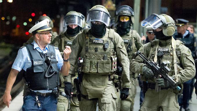 Mitglieder der Spezialeinheit GSG 9 proben den Ernstfall.