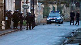 Helfer stellt sich Polizei: Identifizierte Hauptattentäter von Paris weiter auf der Flucht