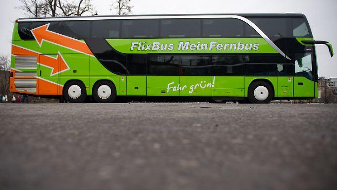 Die Busse des fusionierten Unternehmens MeinFernbus FlixBus fahren in einheitlichem grünen Design.