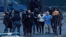 Es fallen auch hier Schüsse, es rennen mehrere Geiseln auf die Straße. Unter ihnen sind auch Kinder.