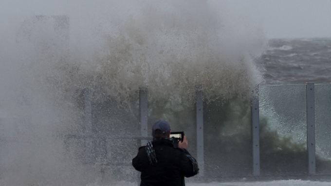An der Küste Schleswig Holsteins peitschten am Samstag schon hohe Wellen an die Küste.