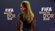 Ein schöner Rücken kann auch entzücken: die brasilianische Fußballerin Marta gewann allerdings nur auf dem Roten Teppich. Bei der Wahl zur besten Kickerin 2014 musste sie Nadine Keßler den Vortritt lassen.