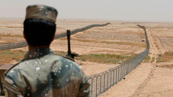 Saudi-Arabien sichert die Grenze zum Irak massiv ab.