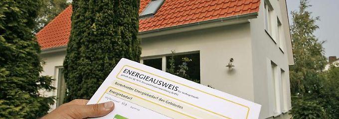 Einen neuen Energieausweis brauchen Eigentümer nur, wenn sie ihr Gebäude verkaufen oder neu vermieten.