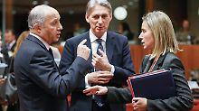 Die Außenminister Frankreichs und Großbritanniens, Fabius und Hammond, im Gespräch mit der EU-Außenbeauftragten Mogherini.