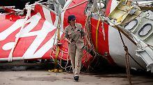 Überreste der Hecksektion von Flug QZ8501: Airbus-Experten sind vor Ort bei den Ermittlungen beihilflich.