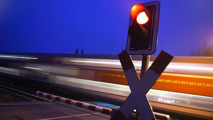 So ist es der Bahn am liebsten: Vorfahrt auf der Schiene. Mit einem neuen Konzept sollen Fernbusse zumindest ausgebremst werden.