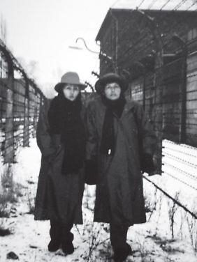 Die beiden Schwestern in Auschwitz im Jahr 1991.