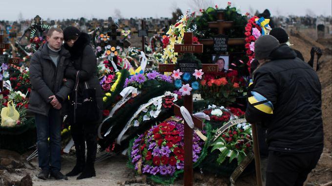 In Mariupol werden die Opfer des Raketenangriffs vom Samstag beerdigt. 30 Zivilisten kamen ums Leben.