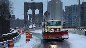 Viele Straßen New Yorks und auch die berühmte Brooklyn-Bridge sind schon wieder schneefrei.
