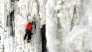 """Er hätte Hand reinhalten können"": Anwohner filmt Eiskletterer an den Niagarafällen"